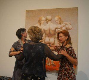 De drie gratiën bij de opening van de Herman van Gordijn-expositie: Anne-Rose Mater-Bantzinger, Joyce Roodnat en Gonny van Oudenallen (foto Erik van Zuylen)